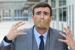 Homme d'affaires censuré incapable d'exprimer son avis photographie stock