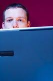 Homme d'affaires chargé avec l'ordinateur portatif Images stock