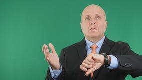 Homme d'affaires Checking Hand Watch attendant une défunts réunion et faire des gestes nerveuses photographie stock