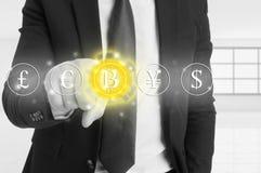 Homme d'affaires choisissant l'icône de bitcoin de l'écran virtuel photo stock
