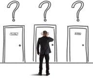 Homme d'affaires choisissant la porte droite image stock