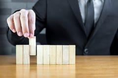 Homme d'affaires choisissant le bloc en bois, concept de recrutement photo stock