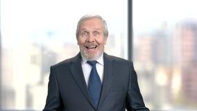 Homme d'affaires choqué heureux sur le fond brouillé clips vidéos