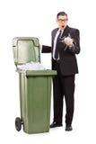 Homme d'affaires choqué regardant dans une poubelle Photographie stock libre de droits
