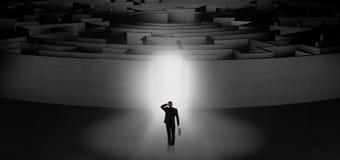 Homme d'affaires commen?ant un labyrinthe concentrique image stock