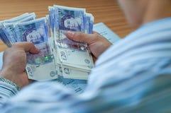 Homme d'affaires comptant l'argent Images stock