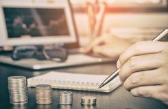 Homme d'affaires comptant l'argent de revenu du marché boursier image stock