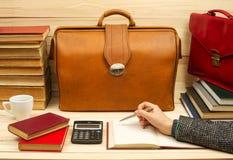 Homme d'affaires comptant le bénéfice et les pertes, analysant des bilans financiers Image libre de droits
