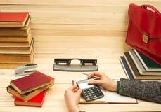 Homme d'affaires comptant le bénéfice et les pertes, analysant des bilans financiers Photos stock