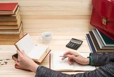 Homme d'affaires comptant le bénéfice et les pertes, analysant des bilans financiers Photographie stock