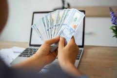 Homme d'affaires comptant le billet de banque du dollar photo stock