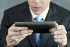 Homme d'affaires concerné par Tablet Images libres de droits