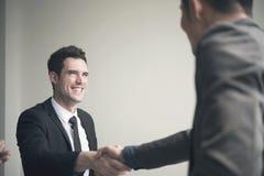 Homme d'affaires concluant l'accord de poignée de main Photo libre de droits