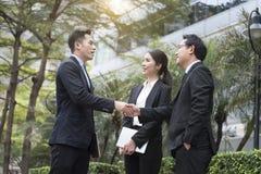 Homme d'affaires concluant l'accord de poignée de main associé de concept Images stock
