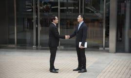 Homme d'affaires concluant l'accord de poignée de main Coopération de concept Image stock