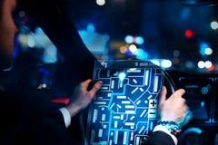 Homme d'affaires conduisant la voiture avec l'interface de taxi illustration stock