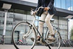 Homme d'affaires conduisant le vélo sur la rue photo libre de droits