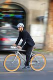 Homme d'affaires conduisant une bicyclette photographie stock