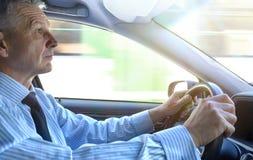 Homme d'affaires conduisant une voiture Photos stock