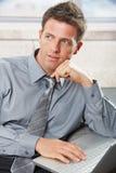 Homme d'affaires confiant regardant de côté Photos stock