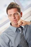 Homme d'affaires confiant regardant de côté Image libre de droits
