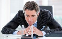 Homme d'affaires confiant regardant les billes cinétiques Images stock