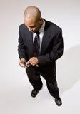 Homme d'affaires confiant utilisant l'organisateur électronique photographie stock