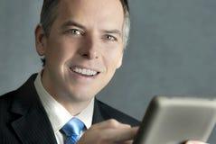 Homme d'affaires confiant utilisant la tablette Photographie stock