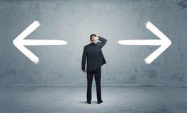 Homme d'affaires confus choisissant la manière Image libre de droits