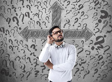 Homme d'affaires confus recherchant la solution images stock