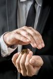 Homme d'affaires consolidant un papillon photographie stock libre de droits