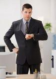 Homme d'affaires contrôlant impatiemment la montre-bracelet Images stock