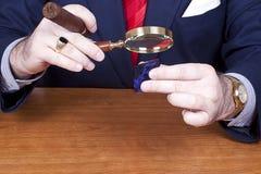 Homme d'affaires contrôlant le diamant. Photo libre de droits