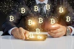 Homme d'affaires courant avec le bitcoin sur votre téléphone et comprimé Photographie stock libre de droits