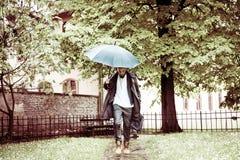 Homme d'affaires courant avec le parapluie le jour pluvieux images libres de droits