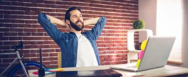 Homme d'affaires créatif détendant dans le bureau photos libres de droits
