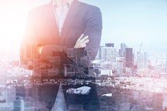 Homme d'affaires croisé de bras dans la ville moderne image stock