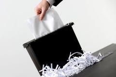 Homme d'affaires déchiquetant un document Photo stock