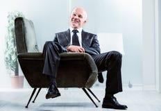Homme d'affaires décontracté avec un sourire satisfaisant Photos libres de droits
