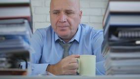 Homme d'affaires décontracté Drinking Coffee dans la chambre de bureau photo libre de droits