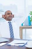 Homme d'affaires décontracté se couchant dans la chaise pivotante Images libres de droits