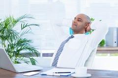 Homme d'affaires décontracté se couchant dans la chaise pivotante Photo libre de droits