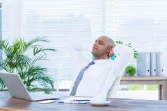 Homme d'affaires décontracté se couchant dans la chaise pivotante Photographie stock libre de droits