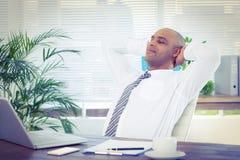 Homme d'affaires décontracté se couchant dans la chaise pivotante Photographie stock