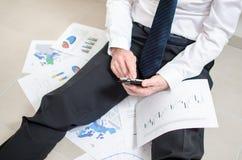Homme d'affaires découragé s'asseyant sur le plancher Photos libres de droits