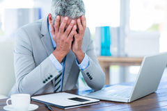 Homme d'affaires déprimé avec des mains sur la tête Photographie stock