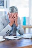 Homme d'affaires déprimé avec des mains sur la tête Photos stock