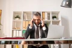 Homme d'affaires déprimé confus avec des écritures images stock