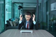 Homme d'affaires déprimé seul s'asseyant dans le bureau image stock