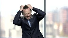 Homme d'affaires désespéré tirant ses cheveux banque de vidéos